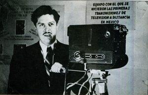Guillermo González Camarena con equipo de su creación, en 1946 / Foto: Revista ICYT información científica y tecnológica. Oct 1989, VOL. 11, Num 157. México
